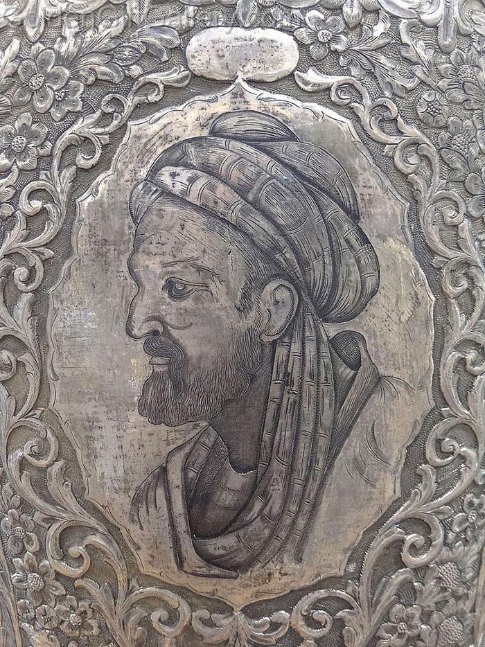 نقش تصویر مشهور ابن سینا بر گلدان نقره - موزه ابن سینا، همدان